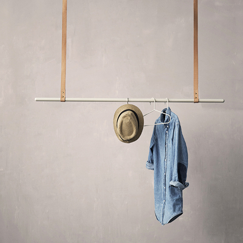 Clothes rack di Ferm Living ha una barra di metallo  appesa a due strisce di cuoio  che si fissano a parete o a soffitto. L'altezza è regolabile (189 euro)