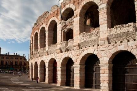Verona, secondo posto: alta concentrazione di persone potenzialmente a caccia di un partner e i prezzi bassi al metro quadro per gli appartamenti (1.800 euro)