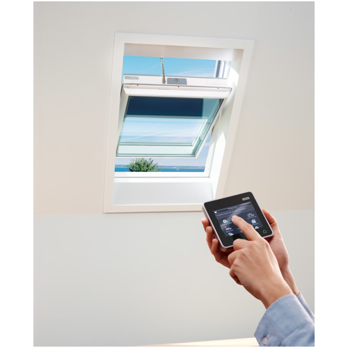 Si aziona con il comando touch: è la finestra per tetti GGU K008230 di Velux. Certificata per le regioni caratterizzate dal clima freddo, grazie al triplo vetro esterno e al doppio interno