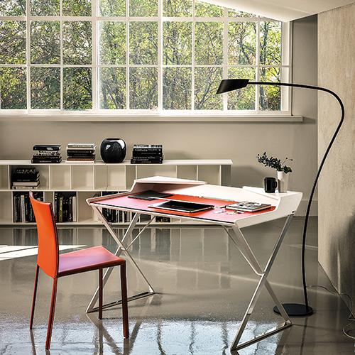 Qwerty di Cattelan Italia è una scrivania dalle linee semplici che si caratterizza per le gambe incrociate in acciaio, che le donano leggerezza. Ha il piano in cuoio e i piccoli scomparti triangolari aiutano a ricavare un ulteriore e pratico spazio (1.112 euro)