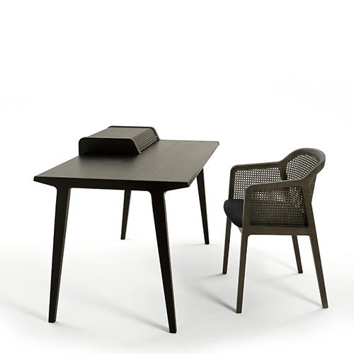 Lo scrittoio Tapparelle desk di Colè è interamente realizzato in noce canaletto e si distingue per una tapparella scorrevole che nasconde due utili ripiani (2.224 euro)