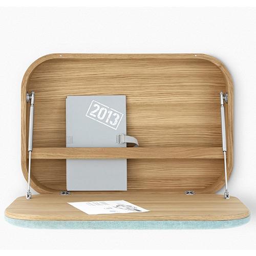 Sembra una valigetta da viaggio, imita proprio quella di Air France in tessuto azzurro degli anni Sessanta. Nubo, realizzata dallo studio GamFratesi per Ligne Roset, è perfetta per chi ha davvero poco spazio a disposizione. Profonda appena 14 centimetri, può essere usata come scrivania e mobiletto salvaspazio per mini-portatile o tablet. Ha una astina ferma-documenti interna e una fessura passacavi (da 1.336 euro)