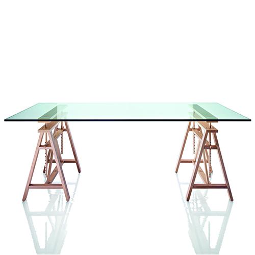 Tavolo da pranzo, consolle e scrivania sia per lavorare da seduti o da in piedi. Teatro di Marc Berthier per Magis si distingue per le generose misure e i cavalletti di legno regolabili in altezza (da 1.351 a 1.519 euro)