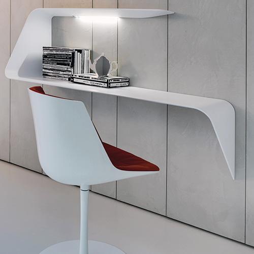 Mamba di Victor Vasilev per Mdf Italia è una scrivania pensile realizzata in Cristalplant con integrata una fonte luminosa (1.665 euro)