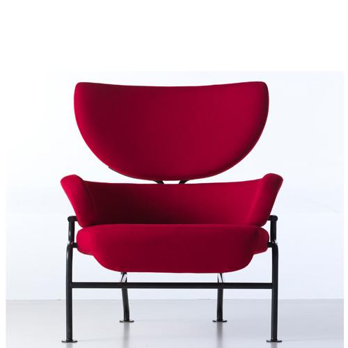 Tre Pezzi è una poltrona composta da tre elementi distinti: una profonda seduta; un anello poggiareni, che disegna un semicerchio perfetto;  un poggiatesta a mezzaluna (design Franco Albini - Collection Cassina I Maestri)