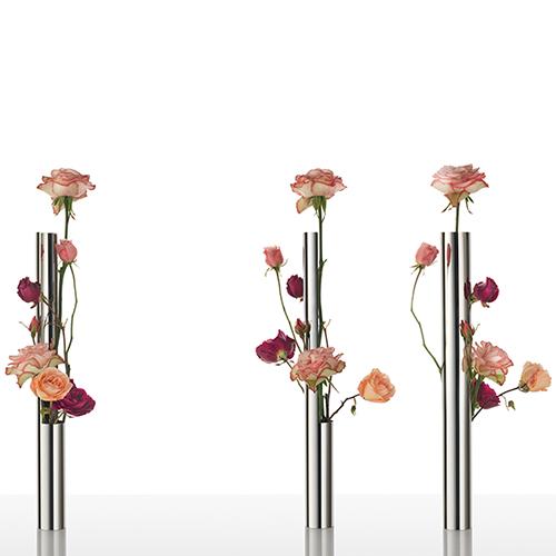Flower vase tube di Martí Guixé per Alessi nasce per accogliere un solo fiore o più fiori di altezze diverse. Realizzato in acciaio inossidabile a finitura lucida ne riflette i colori (158 euro)