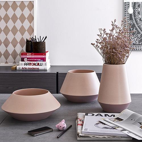 Trio di Calligaris è una serie realizzata in ceramica con tonalità pastello in finitura opaca che si distingue per un design moderno. I vasi arredano anche senza contenere i fiori (da 95 a 108,50 euro)