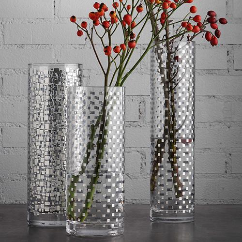 Quadrotto di Paola Navone per Egizia è una collezione di vasi cilindrici in vetro doppio spessore soffiato a bocca, impreziositi da decori in serigrafia manuale con argento e smalti lucidi (a partire da 150 euro)