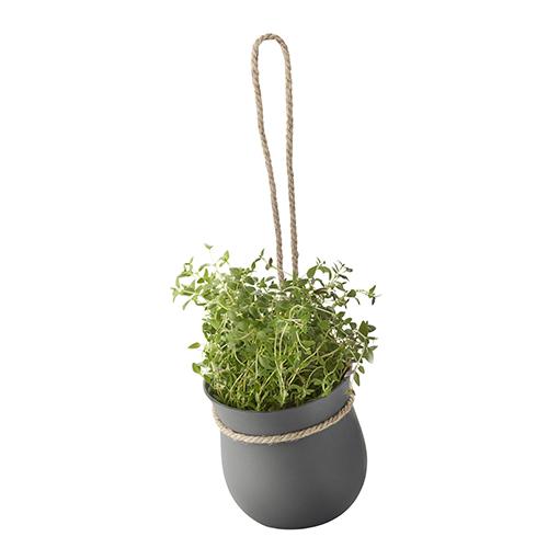 Il vaso di Rig Tig By Stelton è dotato di un sistema di auto irrigazione che aiuta a mantenere il terreno sempre umido in modo che le radici delle piante possano aspirare l'acqua necessaria da sole (22,99 euro)