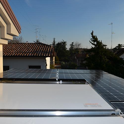 L'impianto fotovoltaico trasforma i raggi solari in elettricità per alimentare tutti i dispositivi, come il piano cottura, i led e la pompa di calore