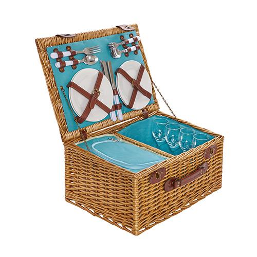 Classico cestino in vimini da portare a mano di Coincasa. Ha tutto l'occorrente per quattro persone (89,90 euro)