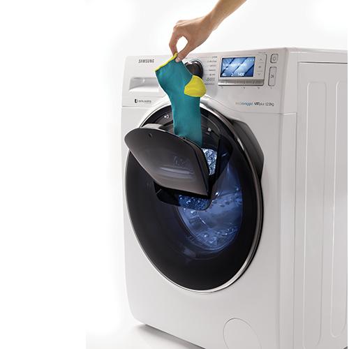 AddWash è la lavatrice di Samsung che grazie all'apposita apertura frontale permette di aggiungere capi da lavare anche a ciclo iniziato (1.499 euro)