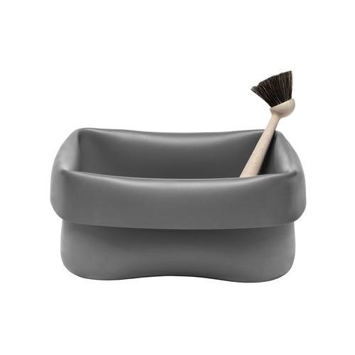 Washing-up Bowl di Normann Copenhagen è una bacinella con spazzola che può essere usata indifferentemente per i piatti, il bucato o le pulizie (68 euro su www.madeindesign.it)