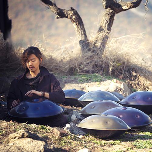 L'artista Jung Sung-Eun che si esibisce martedì 12 aprile alle 18 con le sue percussioni alla Triennale di Milano
