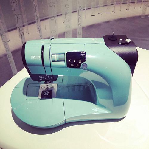 Una macchina da cucire iper tecnologica della linea Oekaki Renaissance di Toyota