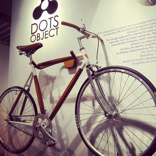 Per gli amanti delle biciclette stilose in legno con tanto di accessori coordinati, l'elegante linea di di Dots Object