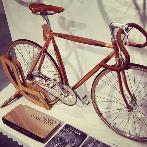 Per chi ama il legno anche sulle due ruote ci sono le biciclette con accessori coordinati di Dots Object