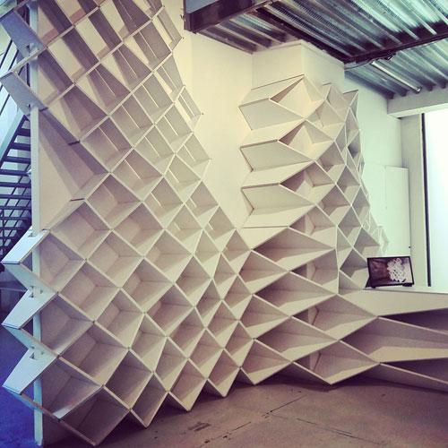 Con MYOP si può scegliere la forma della propria libreria e l'angolatura anche su pareti curve. L'unica misura fissa è quella dei cubi, disponibili in varie tonalità