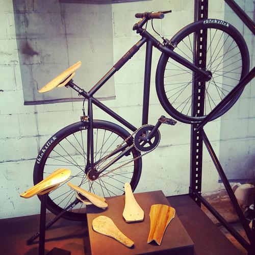 Con il legno si possono fare non solo intere biciclette ma anche singoli sellini. Come questi, Zaddle, del product designer Alexander Bärmann