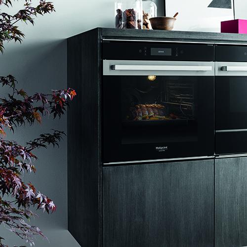 Hotpoint propone il forno con il sistema di ventilazione multiflow technology che consente una distribuzione ideale dei flussi di calore all'interno della cavità senza aree di ricircolo