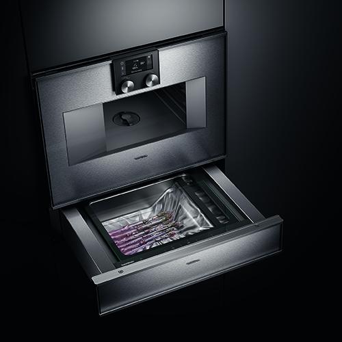Il nuovo forno CombiVapore della Serie 400 di Gaggenau ha un apposito cassetto per il sottovuoto che consente di sigillare il cibo in modo rapido ed efficace