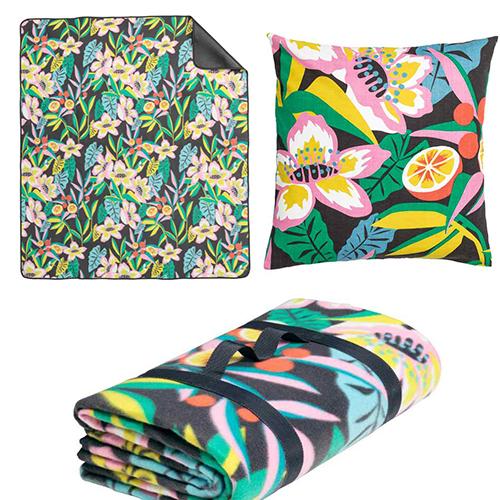 Sul prato tanti tessili colorati e comodi cuscini, come quello dalle tinte frizzanti della collezione primavera di H&M Home (9,99 euro) da abbinare alla coperta da picnic (19,99 euro)