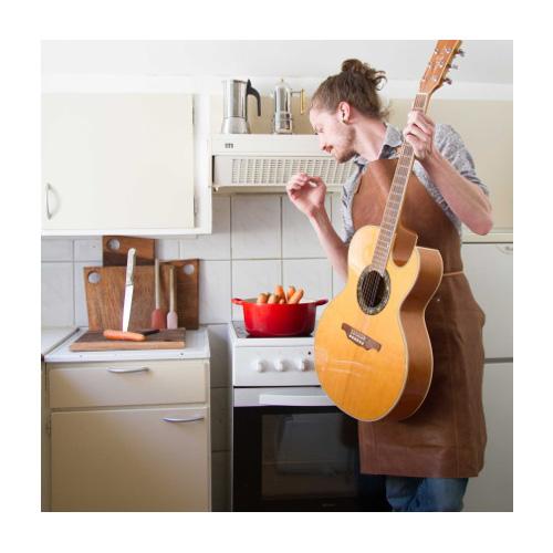 Mikael Pedersen vive a Bergen, in Norvegia. Ama accompagnare le ricette con la chitarra: «La musica è una fonte di ispirazione, e secondo me cucinare è come comporre, c'è bisogno dello stesso apporto di sfumature e contrasti, come nel design»
