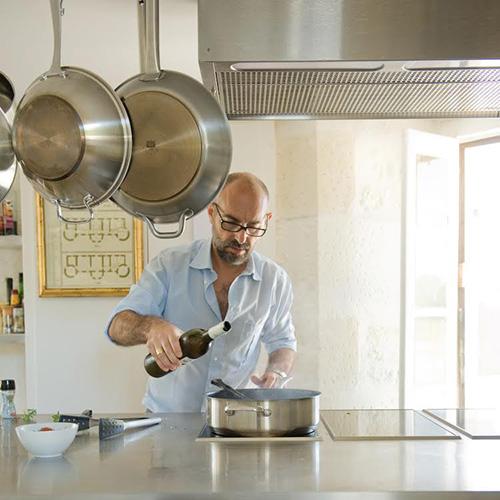 Il maxi bancone in acciaio inox della casa in campagna a Foussais-Payré, nella Loira, di Ferruccio Laviani. Il designer racconta: «Ho organizzato tutto sotto piano, due frigoriferi bassi accoppiati, un freezer basso, una lavastoviglie, due forni e 6 fuochi a induzione separati»