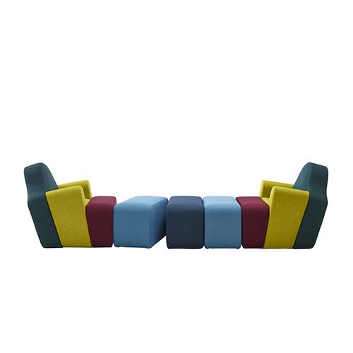 Slice di Pierre Charpin per Ligne Roset è una poltrona:  pouf dopo pouf, giocando con i colori, può diventare un lunghissimo divano