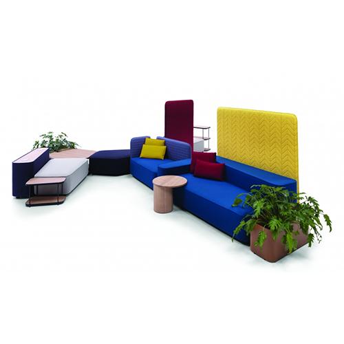 Il sistema disegnato da Luca Nichetto per Casamania comprende sedute, schienali imbottiti, tavolini e complementi. Una volta uniti creano un insieme, da qui il nome Lofoten proprio come l'arcipelago norvegese. Uno spazio completo che si adatta a diverse esigenze, come ad esempio per dividere due ambienti
