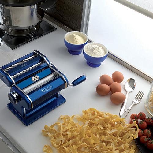 La nonna stendeva la pasta sfoglia lentamente e con pazienza. Atlas 150 Color di Marcato consente di realizzare 3 formati di pasta: lasagne, fettuccine e tagliolini (84,90 euro)