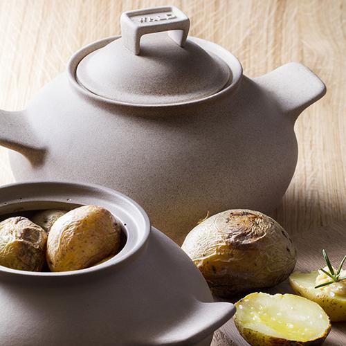 La casseruola Salute&Benessere di Wald è in argilla naturale non smaltata. Utile per la  cottura a secco (senza acqua), è ideale per cucinare le patate con la buccia (41,95 euro)