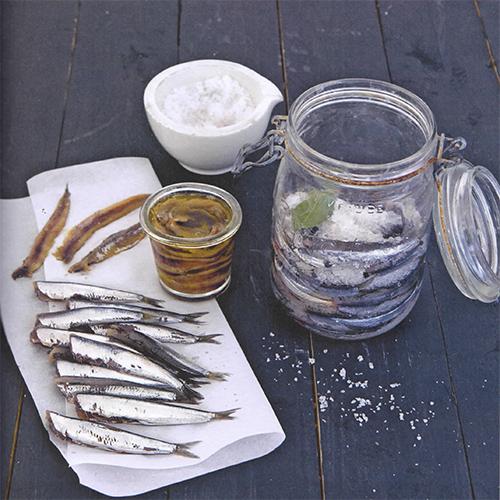 """Mettere le acciughe sotto sale è uno dei metodi di conservazione più antichi, in """"Fatto in casa"""" le regole per non sbagliare"""