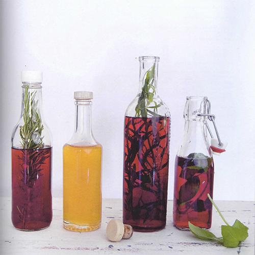 """Un capitolo di """"Fatto in casa"""" è dedicato ai condimenti. Tra le ricette quelle degli aceti aromatizzati al dragoncello, rosmarino, basilico e miele"""