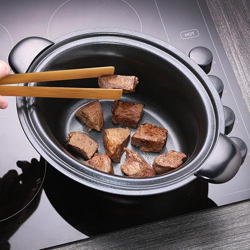 Con un'unica pentola è possibile sia rosolare che cuocere lentamente le pietanze. È Slow Cooker 22740-56 di Russell Hobbs, un cuocivivande che include una pentola interna antiaderente che può essere rimossa e messa sui fuochi, sia a gas sia a induzione elettrica, per rosolare la carne direttamente sui fornelli (48 euro)