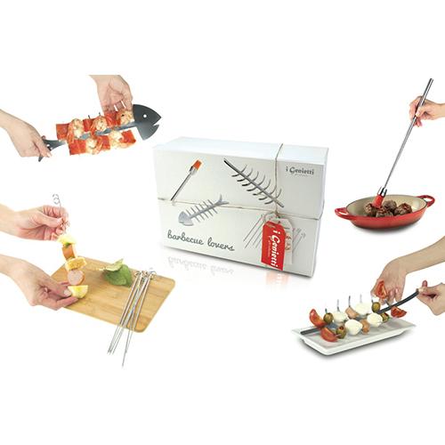 La confezione Barbecue Lovers de I genietti di Ipac contiene un pennello grill telescopico, uno spiedino di carne, uno di pesce e un set per preparare sfiziosità salate e dolci (45.99 euro)