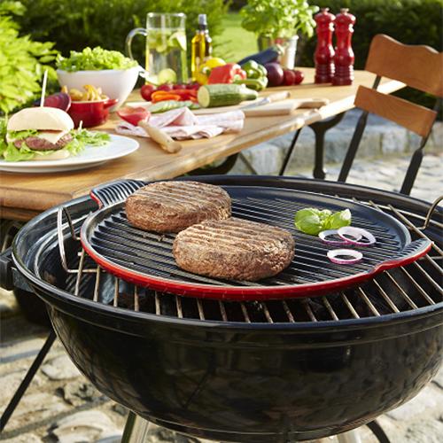 La piastra grill rotonda XL di Le Creuset è perfetta per cuocere sia carni che verdure e addirittura la pizza. Da utilizzare non solo sul barbecue ma anche in forno (119 euro)