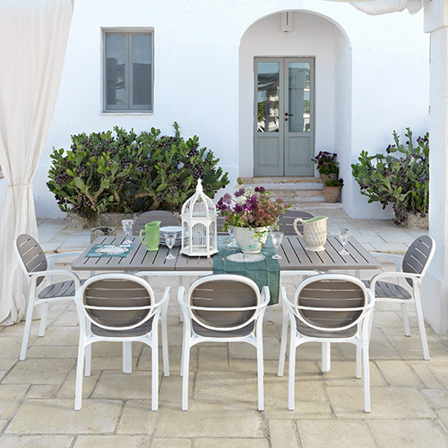Se si ha la fortuna di avere un patio può diventare una zona per ospitare amici per cene e grigliate. La praticità in questi casi aiuta molto: le sedute Palma di Nardi sono leggere, impilabili e si puliscono facilmente