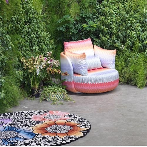 Fuori come a casa: un tappeto aiuta a ricreare un salotto all'aria aperta, ne è un esempio la serie per esterni firmata da Missoni Home