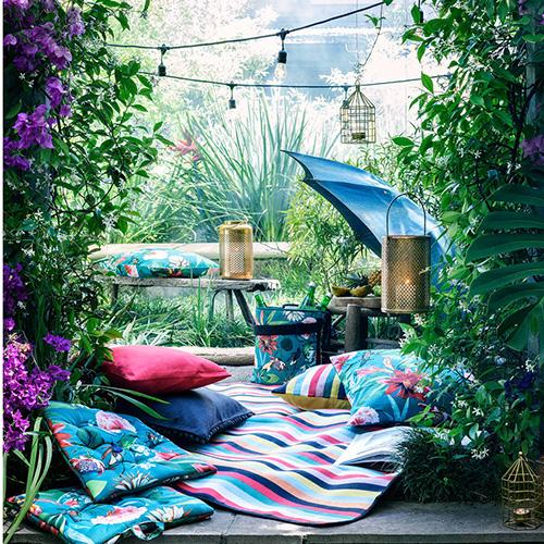 Anche il più grigio dei terrazzi può cambiare aspetto: crea un'isola colorata abbondando con i cuscini. Come quelli di H&M Home che citano la natura incontaminata e selvaggia