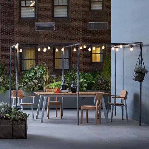 Un grande tavolo per momenti di convivialità che, finita la bella stagione, può adeguarsi con naturalezza anche all'interno. È il tratto distintivo della collezione Inout di Gervasoni