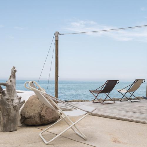 Emu, Vetta dello Studio Chiaramonte/Marin. Deck chair con il profilo del tubo in acciaio e con una fune vera e propria che ne permette la chiusura, mentre l'asola consente due differenti posizioni dello schienale. Il tessuto, invece, bicromatico è da esterni batyline Ferrari