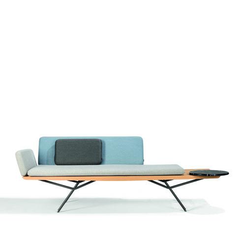 Manutti, San di Lionel Doyen. Ispirato allo stile minimal giapponese, questo divano è adatto sia all'indoor sia all'outdoor. In legno iroko con la struttura in acciaio inossidabile, comprende un tavolino in marmo di Carrara o di Portovenere
