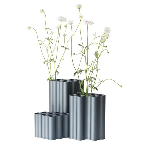 Vitra, Nuage di Ronan & Erwan Bouroullec. La forma di questi vasi ricorda quella delle nuvole, da cui prendono appunto il nome e sono formati da lati piatti traforati da 8 cavità tubolari. Le superfici, ondulate e in alluminio, creano giochi chiaroscurali
