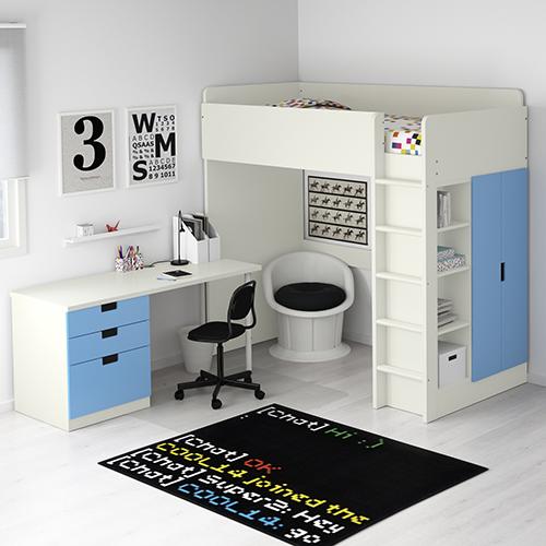 La scrivania Micke di Ikea si monta parallelamente o perpendicolarmente al letto. Oppure si può creare una soluzione indipendente completandola con due gambe della collezione Adils. Cavi e multiprese sono a portata di mano, ma non in vista grazie all'apertura sul pannello di fondo
