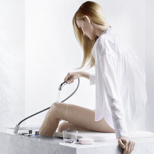 La doccetta estraibile di Foot Bath di Dornbracht permette di dirigere i getti su ginocchia, cosce e polpacci
