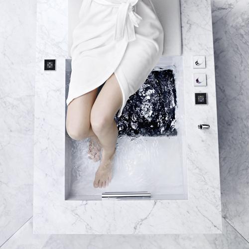 La vasca da bagno Hydrotherapie di Dornbracht ha un sistema preimpostato che fa arrivare l'acqua solo all'altezza delle caviglia o del polpaccio
