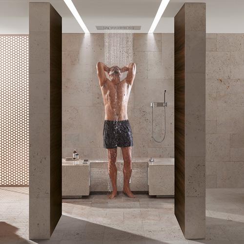 La doccia Comfort Shower di Dornbracht ha diversi getti dall'alto, sulla schiena e sui polpacci sia di fianco che di dietro per un relax a 360°
