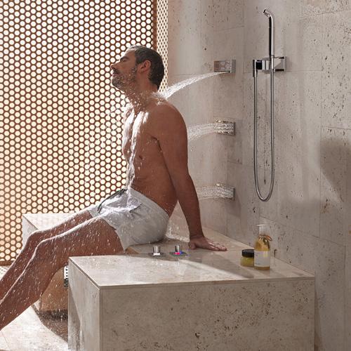 """La doccia Comfort Shower di Dornbracht consente anche la posizione da seduti che garantisce un """"massaggio fluido"""" contemporaneamente su 3 punti diversi della schiena"""