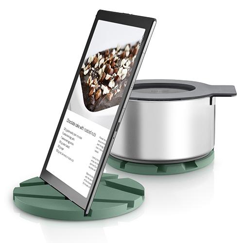 Eva Solo presenta un sottopentola in silicone che, grazie alle numerose scanalature, si trasforma anche in un comodo leggio per sfogliare le ricette su tablet o smartphone (39.95 euro- distribuito da Schoenhuber)